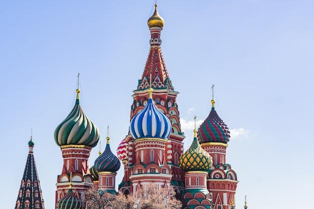 Catedral de são basílio, na praça vermelha, em moscou. cúpulas da catedral iluminada pelo sol