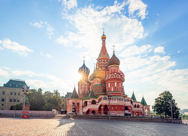 Catedral de são basílio na praça vermelha em moscou no início da manhã com o sol no fundo
