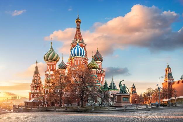 Catedral de são basílio na praça vermelha em moscou, sob um céu azul com nuvens cor de rosa à luz do sol da manhã