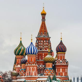 Catedral de são basílio na praça vermelha, moscou, rússia. dia de inverno