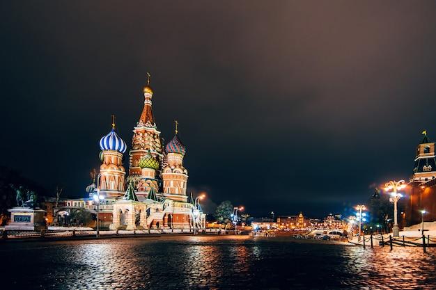 Catedral de são basílio na praça vermelha, moscou, rússia. noite de inverno