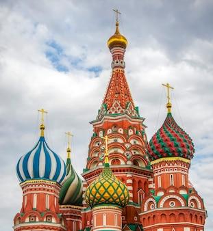 Catedral de são basílio vista de perto na praça vermelha em moscou, rússia