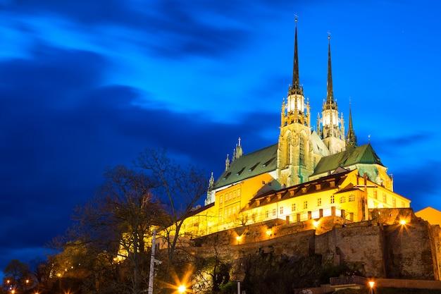 Catedral de são pedro e são paulo em brno, morávia, república tcheca durante o crepúsculo do sol