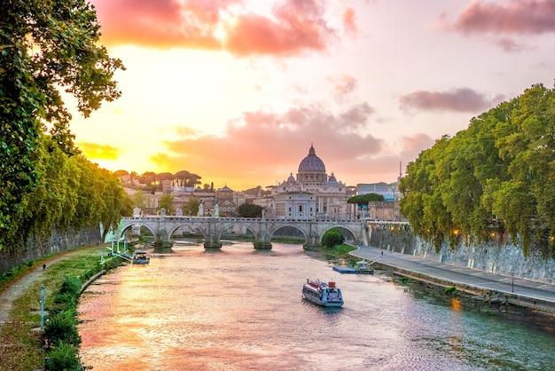 Catedral de são pedro em roma, itália ao pôr do sol
