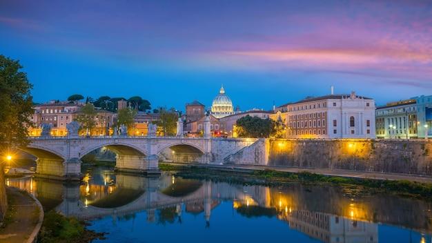 Catedral de são pedro em roma, itália com belo pôr do sol