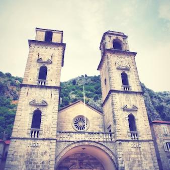 Catedral de são trifão em kotor, montenegro. imagem filtrada de estilo retro