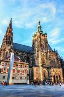Catedral de são vito e uma praça no castelo de praga.