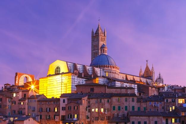 Catedral de siena à noite na toscana, itália
