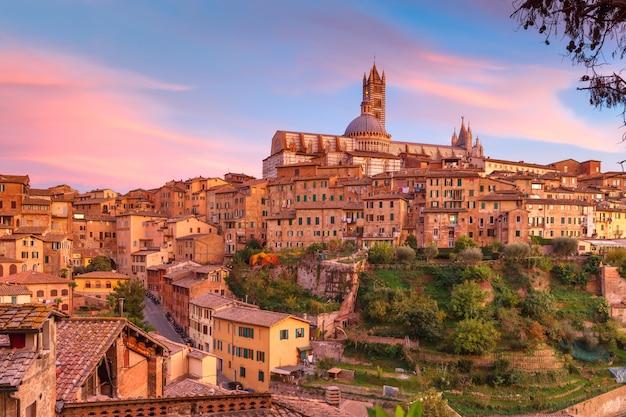 Catedral de siena ao pôr do sol lindo na toscana, itália
