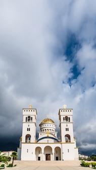 Catedral de st. vladimir antes da tempestade. cidade de bar, montenegro