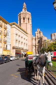 Catedral de valência e miguelete na plaza de la reina
