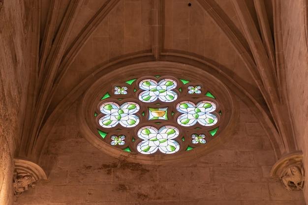 Catedral gótica dentro. decoração interior da igreja.