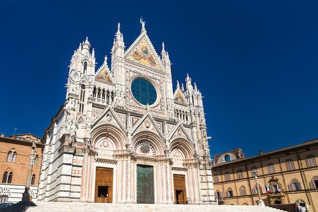 Catedral metropolitana de santa maria da assunção em siena - toscana, itália Foto Premium