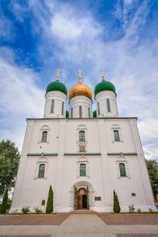 Catedral na cidade de kolomna, na praça da catedral do kremlin de kolomna