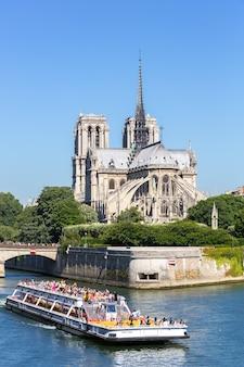 Catedral notre dame paris com cruzeiro