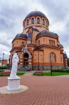 Catedral ortodoxa da ressurreição de jesus na cidade de narva, estônia.
