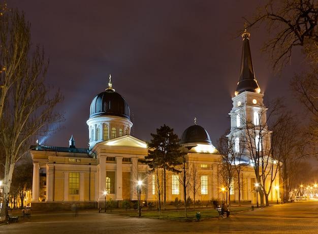 Catedral ortodoxa de odessa dedicada à transfiguração do salvador à noite