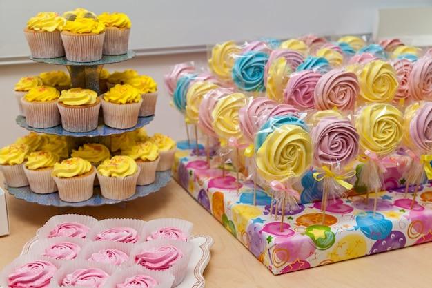 Catering, a doce mesa da festa de aniversário das crianças. marshmallow de mesa doce para catering
