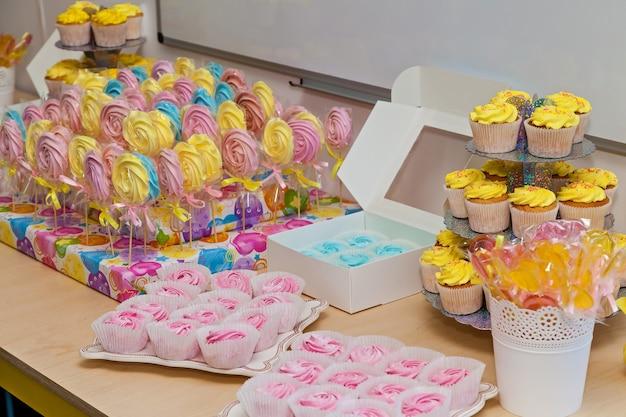 Catering, a mesa dos doces no aniversário das crianças catering mesa dos doces marshmallow e doces