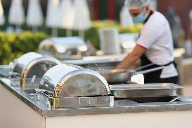 Catering durante uma pandemia. restaurante chef mascarado