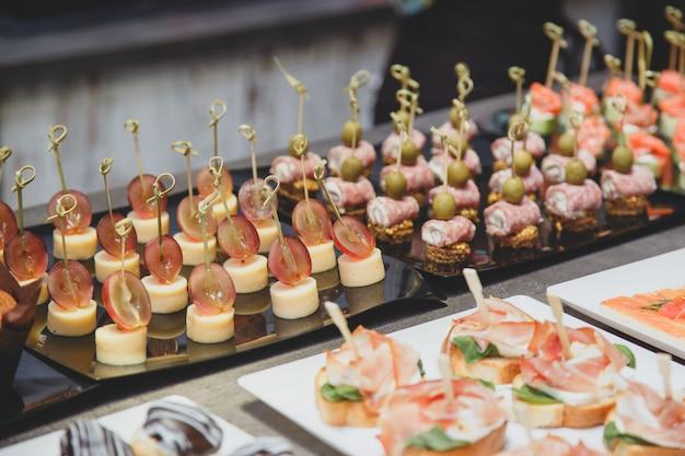 Catering especialidades gastronômicas para um evento na mesa