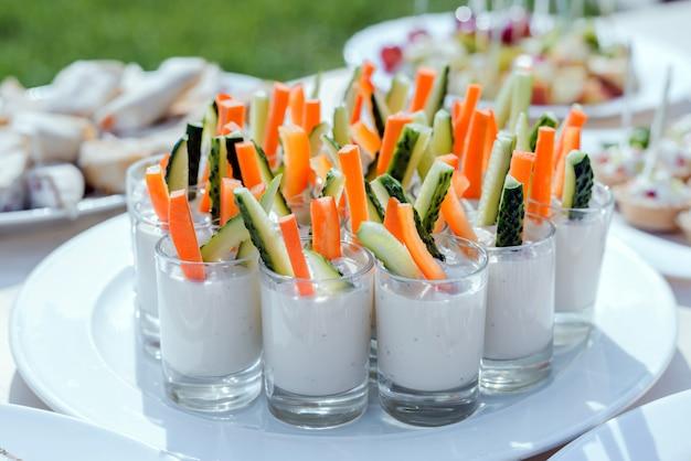 Catering para festa. aperitivos com cenouras, palitos de pepino