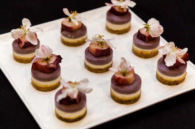 Catering, vários petiscos deliciosos em pratos de buffet. catering, lanches variados em pratos