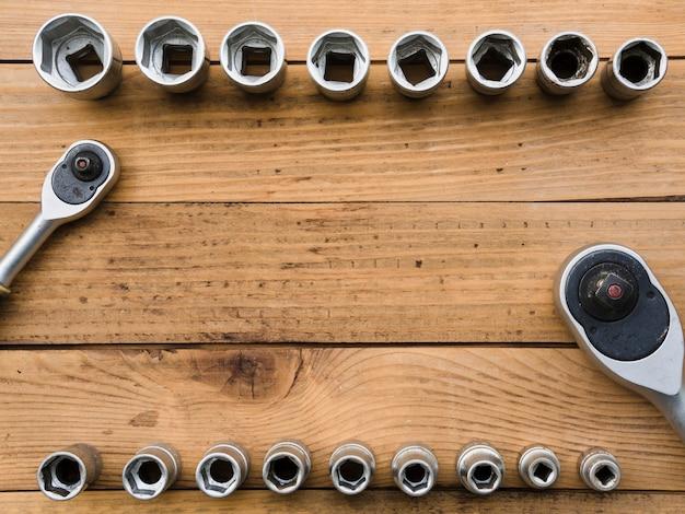 Catracas e bicos na mesa de madeira
