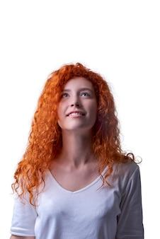 Caucasiana menina de cabelos vermelha com olhos verdes olhando para cima