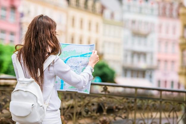 Caucasiana turista andando pelas ruas desertas da europa.