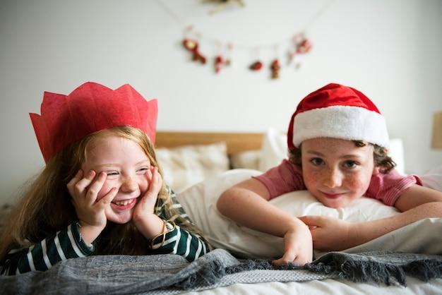 Caucasiano, crianças, desfrutando, feriado natal