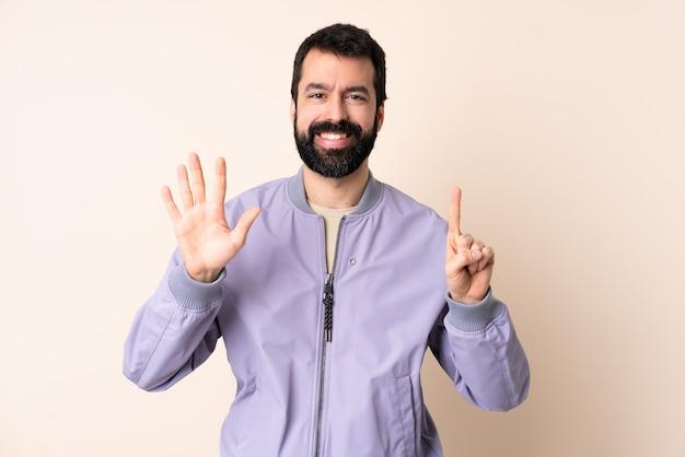 Caucasiano, homem, barba, desgastar, um, casaco, isolado, parede, contando, seis, com, dedos