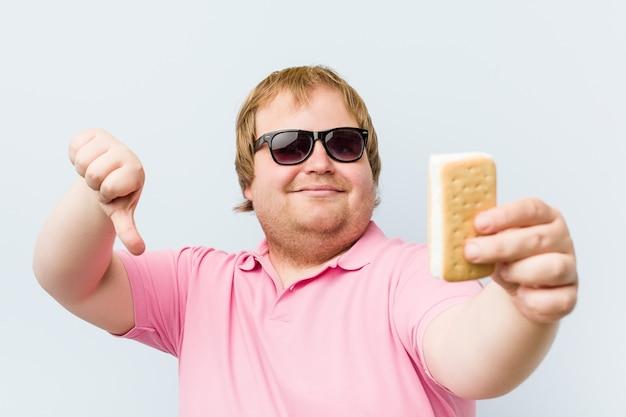 Caucasiano louco gordo loiro segurando um sorvete