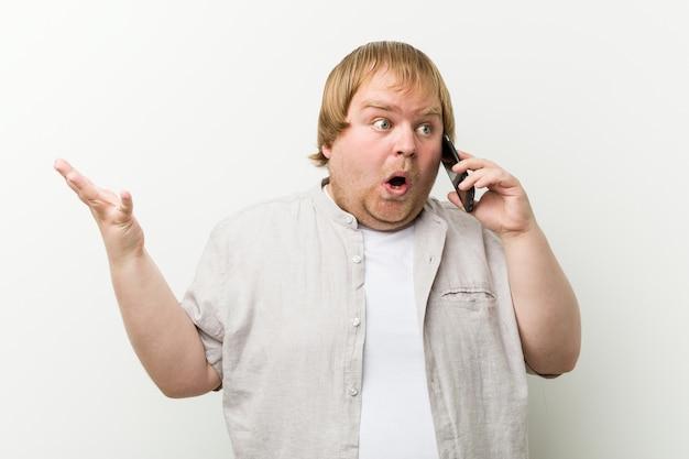Caucasiano, mais tamanho homem telefonando comemorando uma vitória ou sucesso