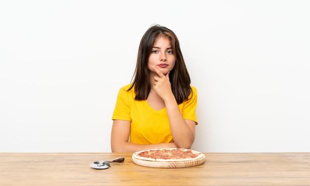 Caucasiano, menina, com, um, pizza, rir
