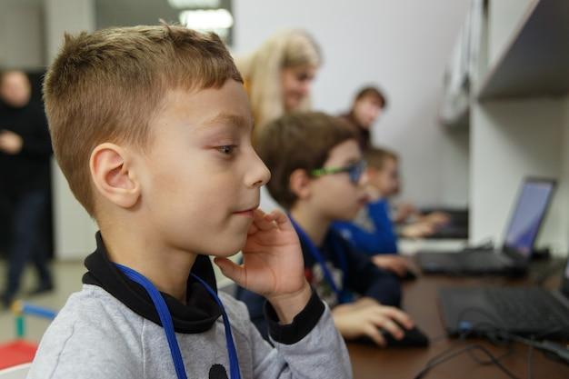 Caucasiano, menino, com, seu, amigos, aprender, usar, um, computador, em, a, escola, de, digital, tecnologia