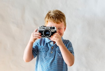 Caucasiano, menino, tocando, com, um, câmera