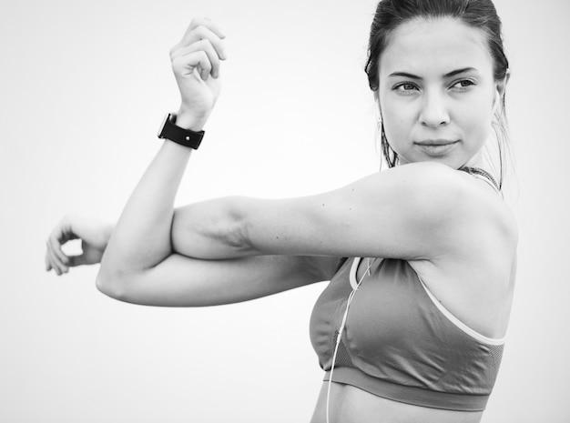 Caucasiano, mulher, esticar, antes de, exercício