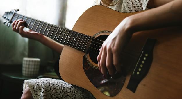 Caucasiano, mulher, relaxante, e, violão jogo