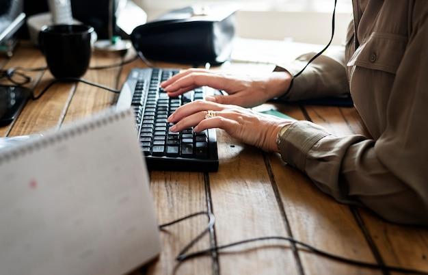Caucasiano, mulher, usando computador