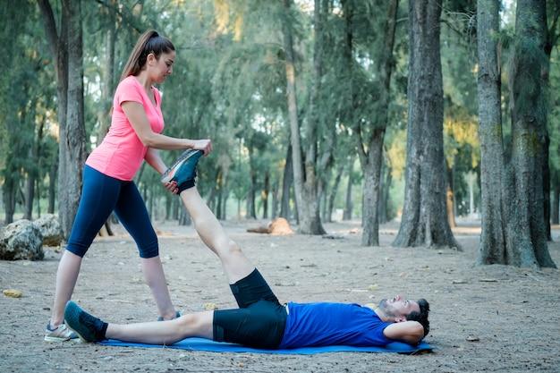 Caucasiano, par, esticar, exercícios, em, um, parque