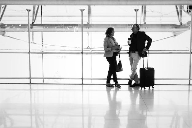 Caucasiano, par, falando, junto, em, a, aeroporto