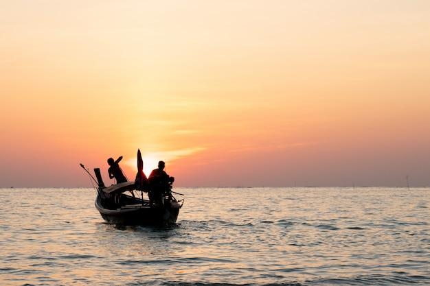 Cauda longa barcos na praia linda, tailândia
