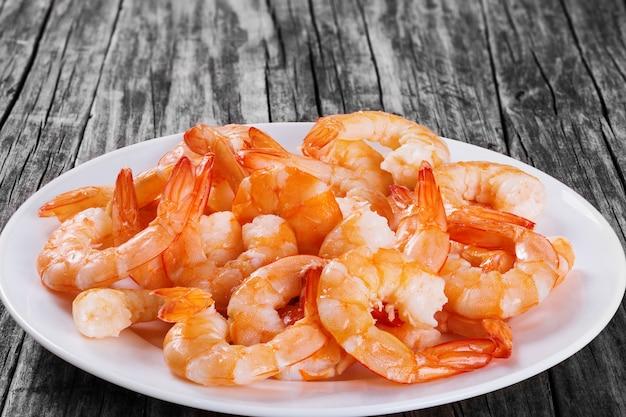 Caudas cozidas de camarão rei em uma bandeja branca