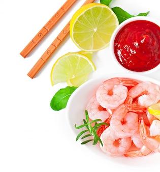 Caudas de camarão com limão fresco e alecrim em uma tigela branca