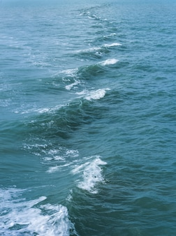 Caudas de rastreamento de barco de velocidade na superfície da água no oceano mar