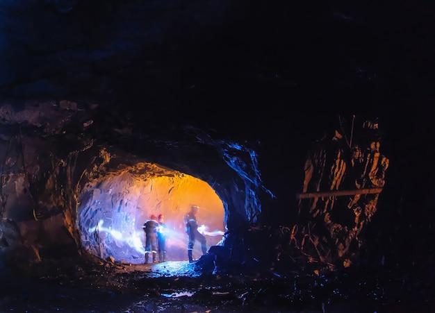 Cavadores em uma grande caverna