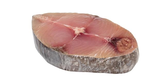 Cavala, cavala malhada, fatia fresca de peixe-sírio isolada no branco com traçado de recorte