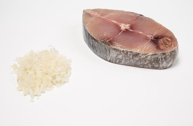 Cavala, cavala malhada, uma fatia fresca de peixe-lobo e sal isolado no fundo branco