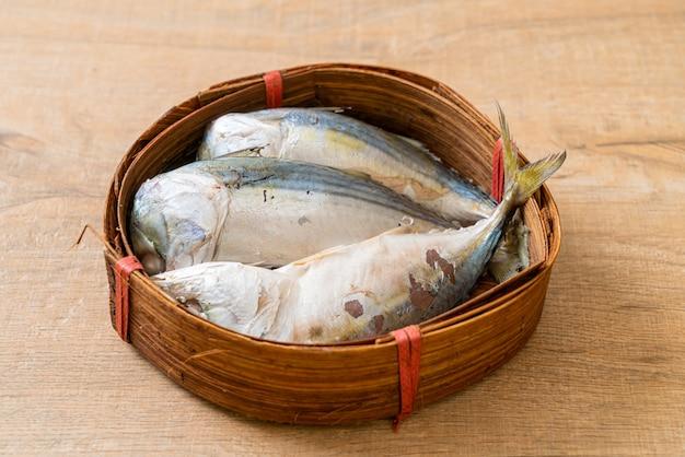 Cavala cozido no vapor peixe na cesta de bambu